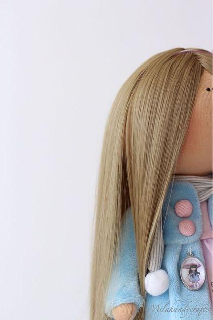 Купить или заказать Девочка с зонтиком в интернет-магазине на Ярмарке Мастеров. Девочка с зонтиком по мотивам рисунков Сьюзанн Вулкот. Тело куколки выполнено из американского хлопка Тильда и импортного трикотажа Белый Ангел. Платье американский хлопок Майкл Миллер, коллекция Волшебный парад. Платье в форме колокольчика. Пальто, плюш небесно-голубого цвета. Декор пуговицы и подвеска с рисунком куколки. На ножках колготочки и гетры.
