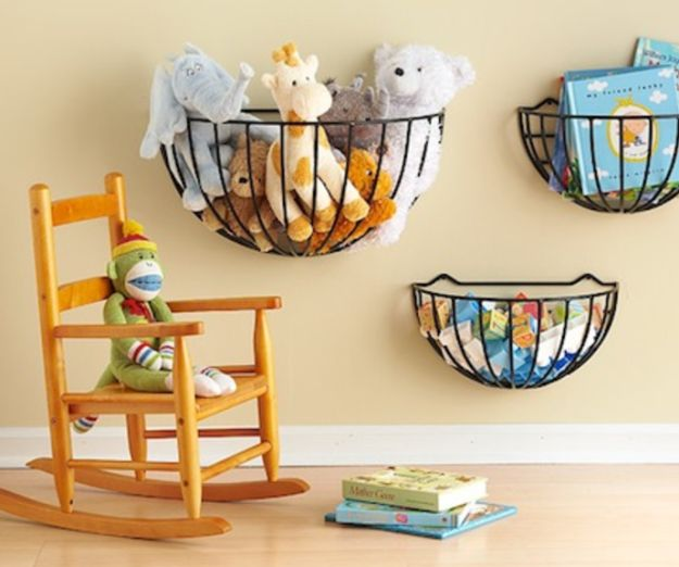 Use cestas aramadas de parede para guardar as pelúcias e os brinquedos dos seus filhos. | 16 truques bem simples para deixa sua casa organizada de verdade