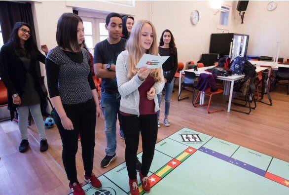 Humanopoly is een spel voor middelbare scholieren. Op de dag van de mensenrechten is het spel gespeeld met scholieren van het Berlage Lyceum in Amsterdam.