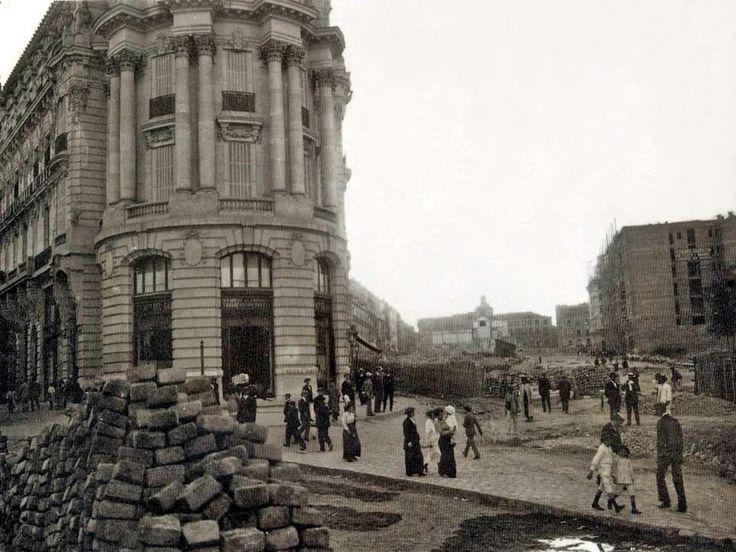 Construcción de Gran Vía (1912): Edifico Metrópolis (Sede de la Compañía del Gas);  a la derecha, solar de la Casa del Ataúd; al fondo, el Real Oratorio de Caballero de Gracia (edificio que no fue derribado) - Portal Fuenterrebollo