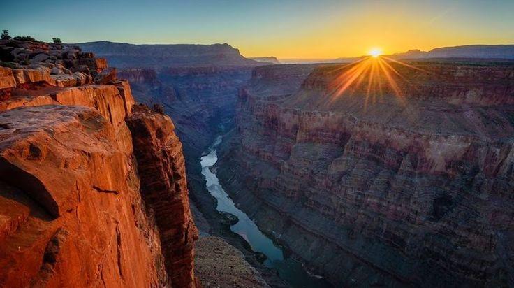 Il Sole sorge sopra il fiume Colorado, all'interno del Grand Canyon, visto dal punto di Toroweap, a circa 900 metri di altitudine. Fotografia di David Frey.