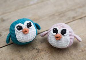 """""""Pinguïns kunnen je altijd vrolijk maken"""", volgens Anna. In een samenwerking met www.ojhæklerier.dk heeft ze eigenzinnige, ronde gehaakte pinguïns gemaakt.."""