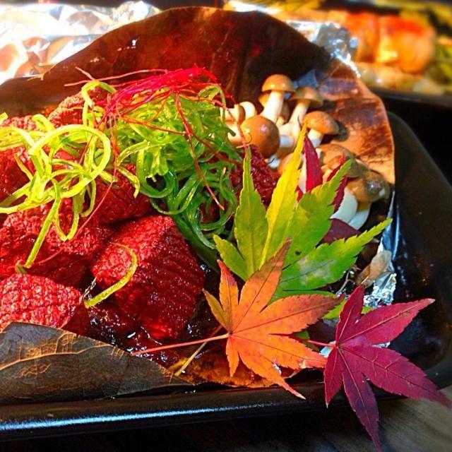 今日はゆんゆんゅんさんの一皿に挑むことに...✊  《特選素材》滋賀県近江の名産品 赤蒟蒻。昔はトウキビの実の皮や食紅で着色していたそうですが、現在は三二酸化鉄を添加しているそうです。 独特の緋色、寺院の多い地方ゆえ精進料理の食材として、派手好きの武将 織田信長が作らせた、と諸説あります。  今回は赤蒟蒻をきゅーきゅー鳴かなくなるまでフライパンで炒めつけ、さらに朴葉+胡桃味噌で焼き、エキセントリックかつ派手に盛り付けてみました。 下拵えのひと手間実感✨  ゆんゆんゅん様  ナイスでステキなレシピありがとうございました!                          感謝    風花拝 - 193件のもぐもぐ - ゆんゆんゅんさん© こんにゃくステーキです。煮物とは違うw新しい歯応えがGOOD!  滋賀の赤蒟蒻で精進料理風ver☆彡 by hurricanelily