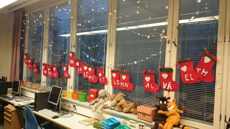 Joulukalenteri luokan ikkunaan. Sukassa omat nimikirjaimet.