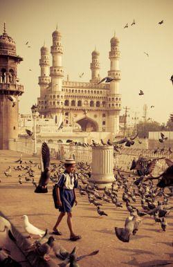 Le Charminar est un monument abritant une mosquée, située à Hyderabad dans l'État du Télangana, en Inde. Considéré comme l'un des monuments emblématiques de l'Inde, c'est l'édifice le plus connu de la ville. Wikipédia