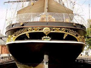 Cutty Sark ерный корпус с двумя золотыми линиями, золотой же узор из лавровых листьев и буквы названия и порта приписки (London).  Помимо этого, на корме была изображена так называемая «Звезда Индии» с надписью по кругу «Небесный свет укажет нам путь» и буква W с лучами солнца – знак самого Джона Уиллиса. Длина корпуса составляла 64,8 метра, водоизмещение  — 2133,7 тонн, площадь парусов – 2980 квадратных метров! Капитаном новорожденного клипера стал сорокалетний Джордж Мьюди.