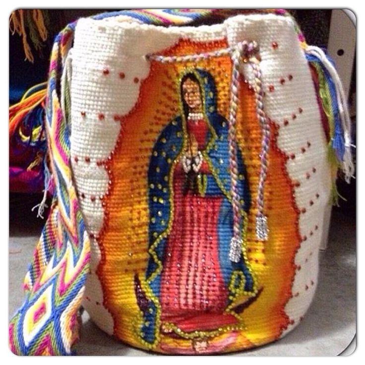 Bolsos wayu   Los Wayúu son un pueblo indígena que aún conserva celosamente sus tradiciones culturales, entre ellas, el oficio de la tejed...