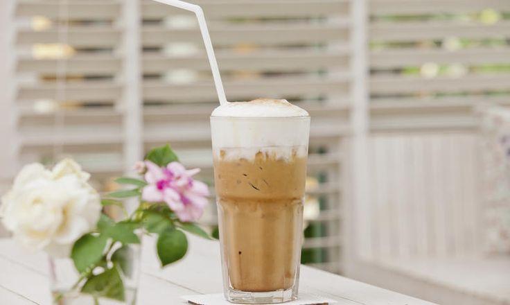 Na horkou kávu nemáte ani pomyšlení, ale vaše tělo zoufale prahne po kofeinu? Potom tu je řešení v podobě ledového Frappé! tescorecepty.cz - čerstvá inspirace.