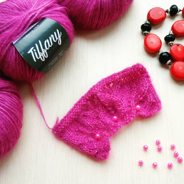 Обещаю до НГ закончить три свитера! У меня есть бесподобная пряжа Tiffany от Lana Grossa, которой в продаже больше нет и, надеюсь, мне хватит моих запасов на новый свитер oversize в единственном экземпляре. Вот именно эту нежность я сочетала с кид-мохером для некоторых шапочек…