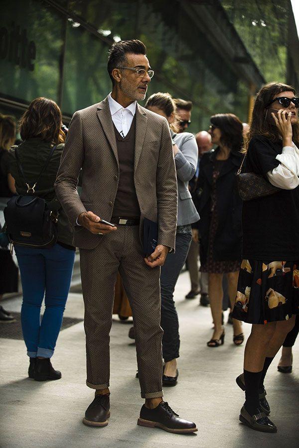 ライトブラウンスーツ×白シャツ×ブラウンベスト×ブラウンダービーシューズ | メンズファッションスナップ フリーク | 着こなしNo:180313