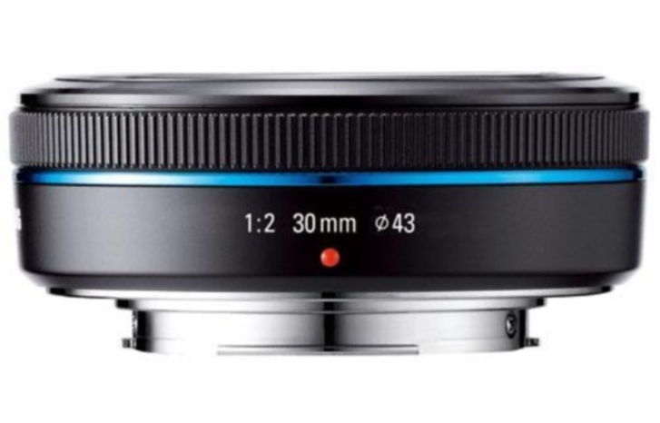 A pancake lens is a general term for short-barrelled camera lenses that have a very flat, thin shape making them lightweight and compact. Theyre used with DSLR cameras or hybrid models, like the Micro Four Thirds cameras from Olympus and Panasonic, and are favoured by shutterbugs who are looking for a relatively small camera with a pint-size lens system to match.