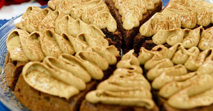 Mjuk chokladkaka med mandelmassa spritsad med gudomlig apelsinchokladgrädde.