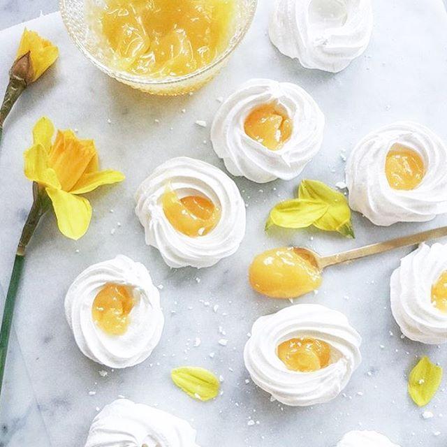 || påskgodis!  Marängbon med Lemoncurd  ser fantastiskt gott ut!  Recept finner ni hos @ellesklingen  #barnrumsinspo #inspo #påsk #bakamedbarn