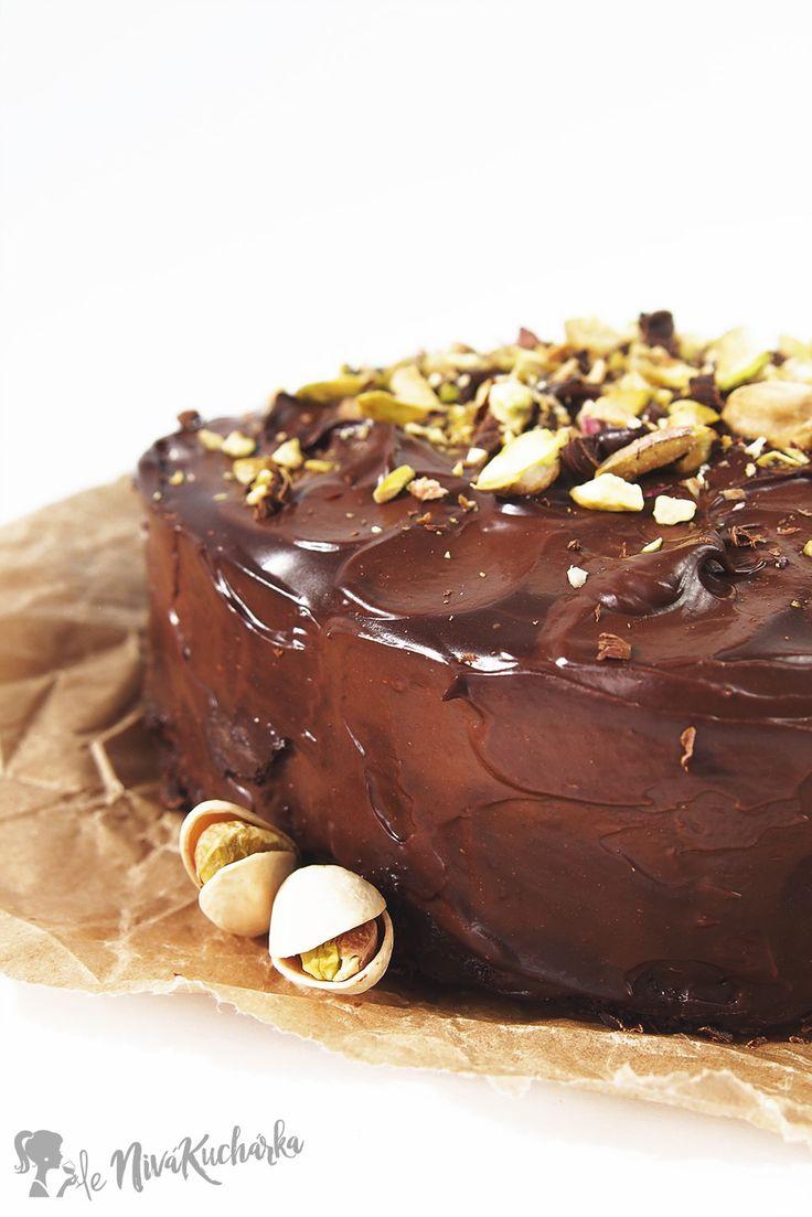 Bezlepková čokoládová torta - Bezlepková čokoládová torta pozostáva z korpusu na cesto, ktorý je úplne bez lepku, famóznej čokoládovej plnky a nepraskajúcej polevy. Jednoducho dokonalá!