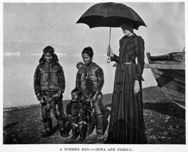 A Summer Day-Ilwa y Familia, la señora Peary con Ilwa, uno de los hombres inuit contratados para ayudar con la expedición y su esposa y dos hijos