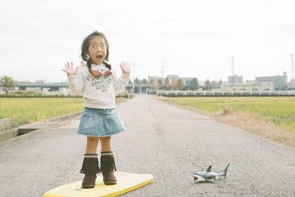 Toyokazu Nagano est un photographe japonais qui partage sa passion avec sa fille de quatre ans. Le duo s'amuse à créer des scènes plus mignonnes les unes que les autres.  À ce petit jeu, l'enfant prend beaucoup de plaisir et cela se ressent dans les photos ! Je vous conseille donc vivement d'aller visiter le Flickr de l'artiste qui est actualisé presque tous les jours.