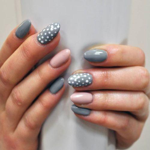 Młodzieżowy wzór na pazurkach: paznokcie w kropki