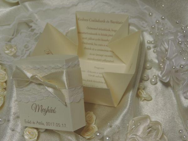 Kézzel készített dobozos esküvői meghívó   gyöngyházfényű ekrü vagy fehér papírból,a doboz tetején csipke és szatén szalag díszítés, Meghívó felirat, a nevek és a dátum.    A legördülő listákból lehet kiválasztani a meghívóra a szalagszínt. A nyomtatás színe alapesetben a szalag színéhez igazodik.Ettől eltérő kérés esetén megrendeléskor a megjegyzésben kérném közölni.            Minimális rendelési mennyiség:    1 db