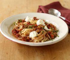 Linguine mit Auberginen-Sugo///Heiß geliebt und wunderbar vegetarisch! Pasta mit gebratenen Auberginen in Tomatensauce und Ricotta.