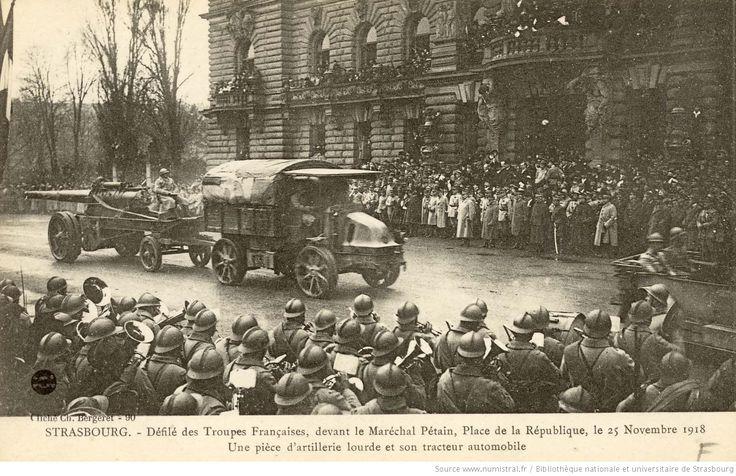 Strasbourg. - Défilé des troupes françaises, devant le Maréchal Pétain, Place de la République, le 25 novembre 1918 : une pièce d'artillerie lourde et son tracteur automobile