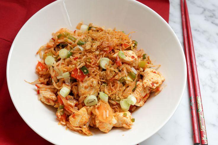 Pittige gebakken rijst met kip (makkelijk, goedkoop én lekker)