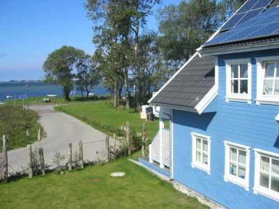 Diese wunderschöne 2 Zimmer-Ferienwohnung in der Ferienregion Rügen, Halbinsel Wittow, mit Balkon zum Garten und zum Wasser hin, ist eine liebevoll eingerichtete Nichtraucherwohnung mit Pollenfilteranlage. Genießen Sie von der Ferienwohnung aus, den herrlichen Blick auf unseren 600 m² großen Garten, das Wasser und die Insel Hiddensee.