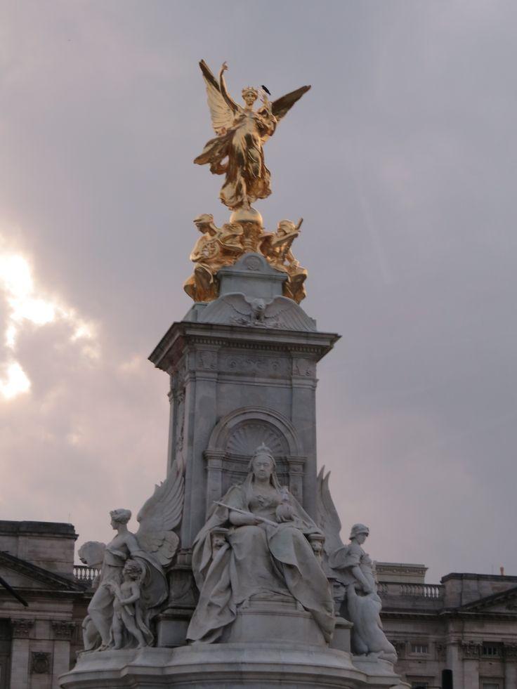 Victoria Monument. London, England