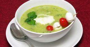 Basilikumschaumsuppe / Basilikumsuppe mit Kartoffeln und Lauch, dazu ein Tomaten-Mozzarella-Spieß!