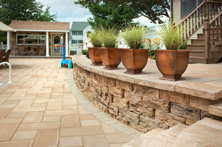 The Retaining Wall Near The Swimming Pool Deck Features Muro Naturale Wall By Techo Bloc Www