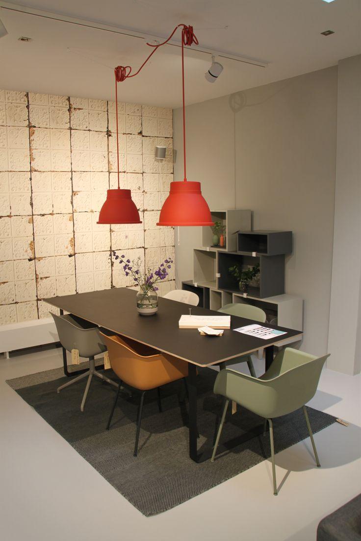 Muuto eethoek; Muuto Fiber Chairs, Stacked kast, 70/70 tafel, Studio lamp, Elevated vaas, Varjo kleed, Wallpaper Brooklyn tins 02 NLXL