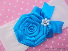 Faixa para bebê em meia de seda.  Rosa de fita de cetim.  A rosa mede aproximadamente 6 cm.