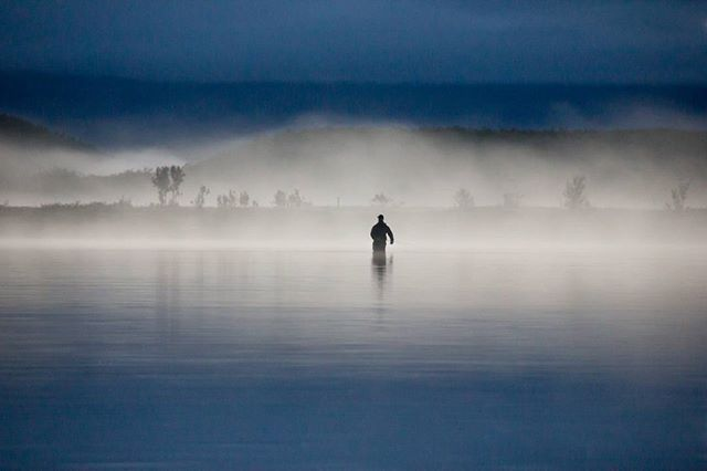 Flyfisher in the fog! #flyfishing #flytying #flugenfisch #flugfiske #fluefiske #fluebinding #visitnorway #ltsmoments #utpåturaldrisur #utpåtur #tur #fjelltur
