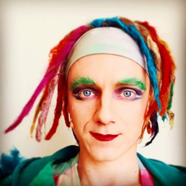 Nie przeszedł żadnej próby. Dostał czego chciał. Papageno jest z siebie bardzo zadowolony. Ja jestem. Głodny spragniony... To był dobry spektakl!   #papageno #zauberflöte #mozart #wkrainieczarodziejskiegofletu #gdziespojrzętamwyrastakwiat #typowypapageno #operalife #backstage #opera