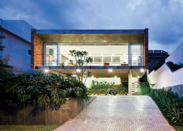 Residência em Tatuí, SP, apoia-se metade no terreno em aclive e metade sobre pilotis. Projeto de UBA Arquitetos | aU - Arquitetura e Urbanismo