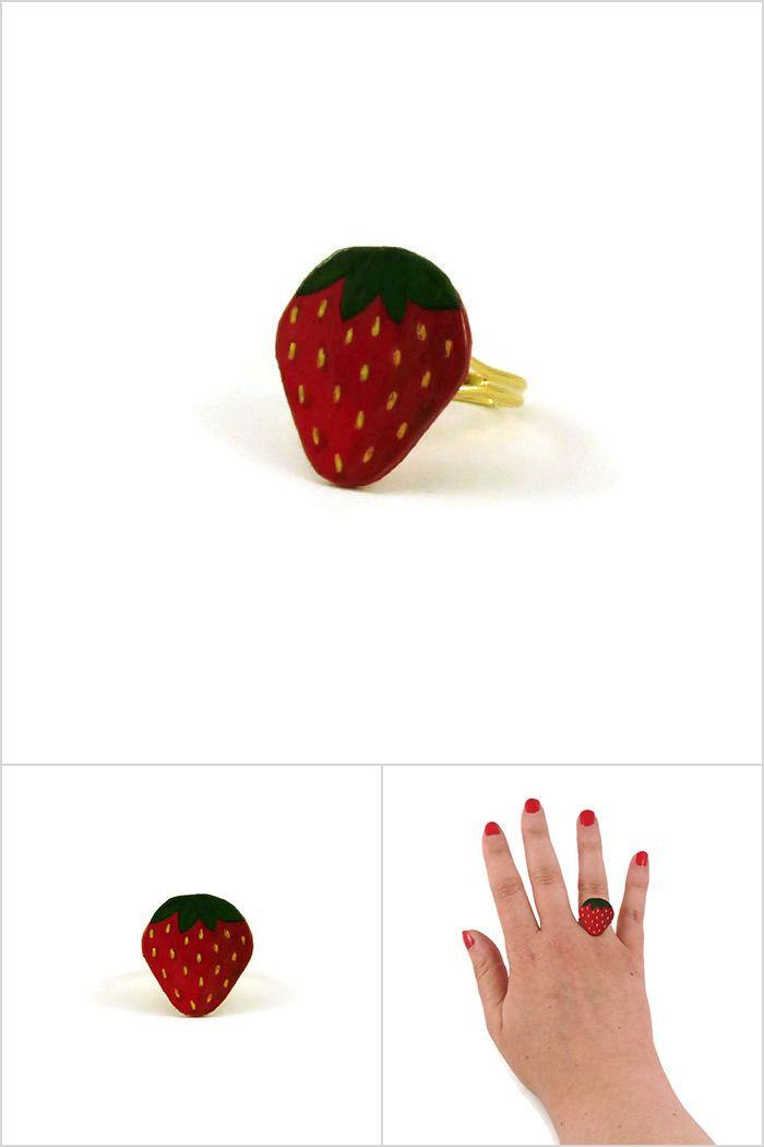 Bague fantaisie réglable en forme de fraise - Bijou réalisé sur commande par @savousepate à partir de plastique recyclé (CD) peint - Idée cadeau femme
