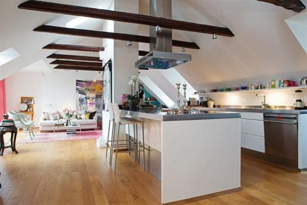 Mansardna kuhinja z visokimi stropovi