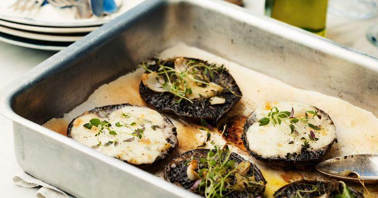 Ugnsbakade portabellosvampar med vitlök och timjan med ett täcke av smält mozzarella är en perfekt och lättlagad antipasti.