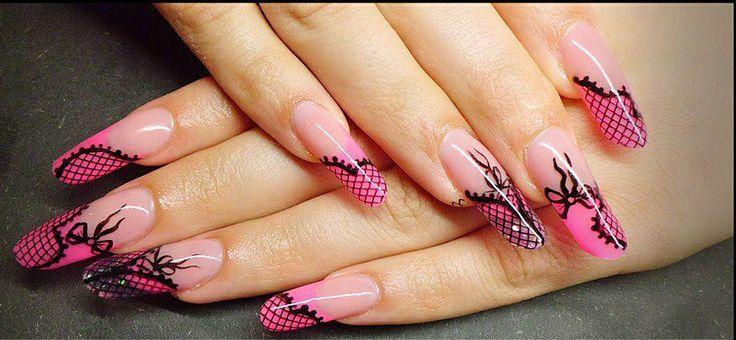 Kinky Nail Art i svart / rosa. Negler med svarte sløyfer. For å lage vakre lange negler trenger man sjabloner: http://www.we2nails.no/butikk/sjabloner
