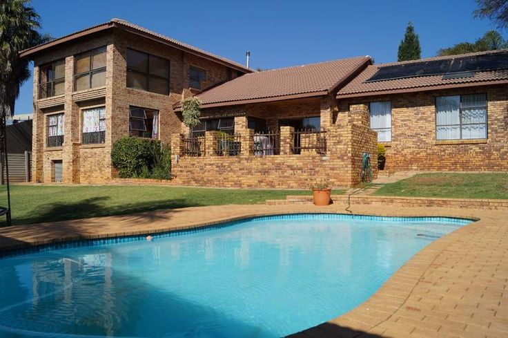 Low maintenance family home in Little Falls, Roodepoort - Low maintenance, spacious family home  This stunning family home offers all that one could ever wish for. Including a central cooling system, a separate guest bedroom and bathroom, the perfect work from home situation including its own office, kitchenette and toilet.   Play area for the kids and a lovely entertainment area. There are five separate receptions rooms as well as two studies. Double garage plus double carport.   Patio and…