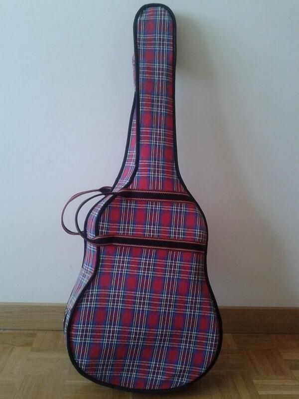 La funda de cuadros de la guitarra. A ver si la encuentro en rojo y negro.