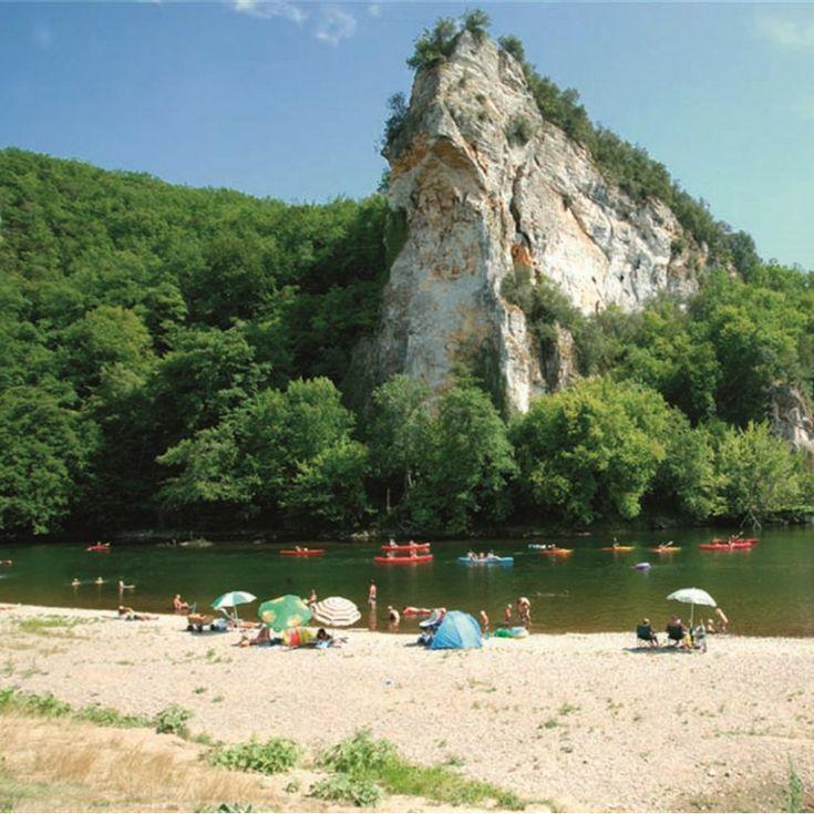Camping Le Soleil Plage, Dordogne |  De 5-sterrencamping is mooi gelegen in een bocht van de rivier de Dordogne, omringd met groen en bovendien met een strand waar je kunt zonnebaden, zwemmen, kanoën en vissen. Vanaf het strandje heb je een magnifiek uitzicht op de tegenoverliggende klif van Caudon. Het grote campingterrein is verdeeld over twee plekken, zodat je ondanks de grootte toch het idee van een kleinere camping hebt. Daarnaast is er een afzonderlijk terrein met een dertigtal…