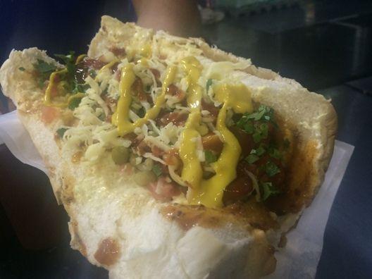 Em Lajeado, no Vale do Taquari, um cachorro quente já é parte da cultura gastronômica da cidade: oCachorrão do Carmelito e do Beto.