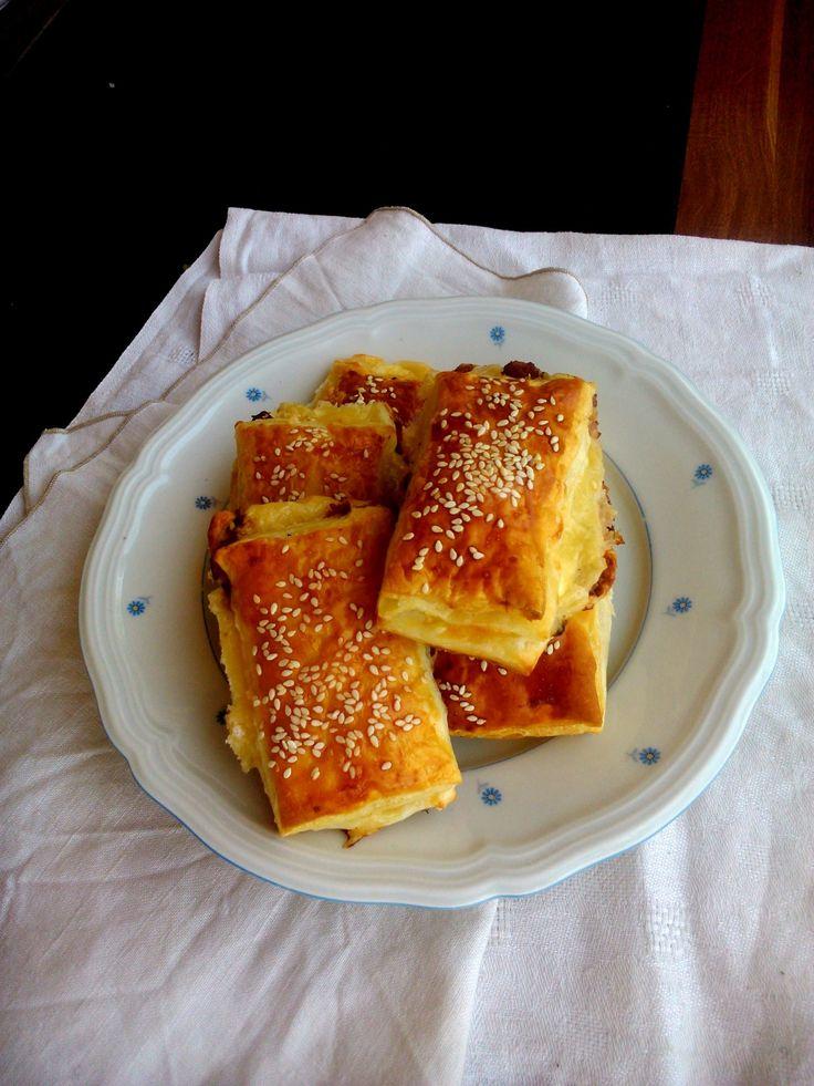 Sajtos, bacon-ös ropogós szezámmaggal Snack with bacon, cheese and sesam