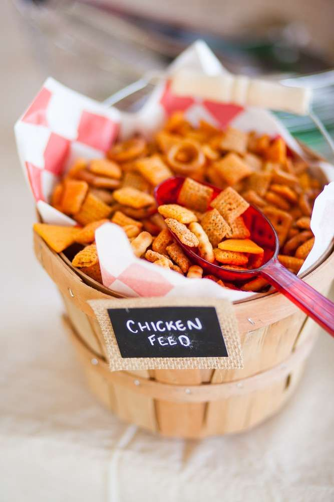 The party food at this Farm Birthday Party is so cute!! Love the way it's served…