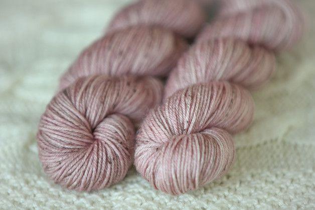 **Traumhafte Strickwolle** 50g / 200 m >> sehr weich und kuschelig >> 65% Merino Schurwolle extrafine, 35% Seide >> von mir gefärbt >> empfohlen für Stricknadel 2-3,5 mm Dies...