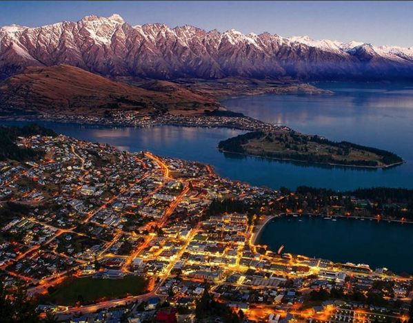 A small town, with the energy of a city. Cosmopolitan art scene and restaurants, international standard golf courses, excellent vineyards, AND surrounded by world class view of soaring indigo heights and meandering coves.  Queenstown, New Zealand, has all it takes to show you what a perfect vacation truly is. Stay tuned! #KRAVESCAPE