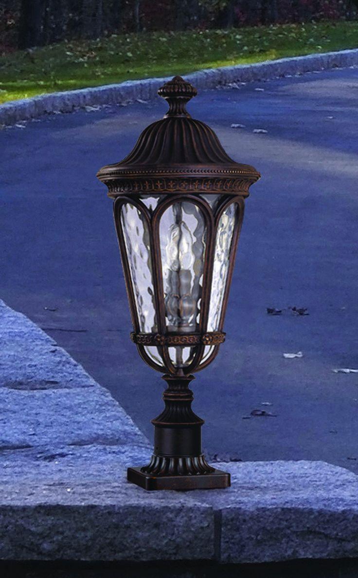 Уличный свет FEISS Коллекция REGENT COURT Фонарь пьедестал Размер: 505х216мм Орех Мощность 2х60 Вт, Е14 IP44 (защищено от твердых тел диаметром более 1 мм и защищено от всплеска воды под любым углом) Фонари представляют собой конструкцию из прочного литого алюминия, с отделкой под орех. Стекло в плафонах прозрачное с эффектом водяной глади.