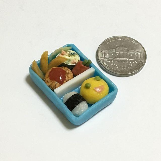 #お弁当 #フライドポテト #ハンバーグ #マカロニサラダ #アスパラのベーコン巻き #オムすび #俵むすび #子供のお弁当  #bento #friedpotato #hamburgsteak #macaronisalad #baconrolls  #lunch #lunchbox #handmade #claywork #miniature #miniaturefood #fakefood