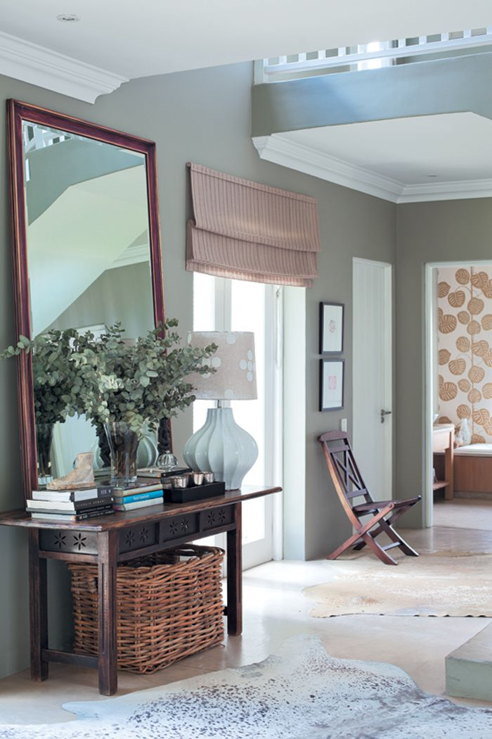 entrance hall: table with clever basket storage