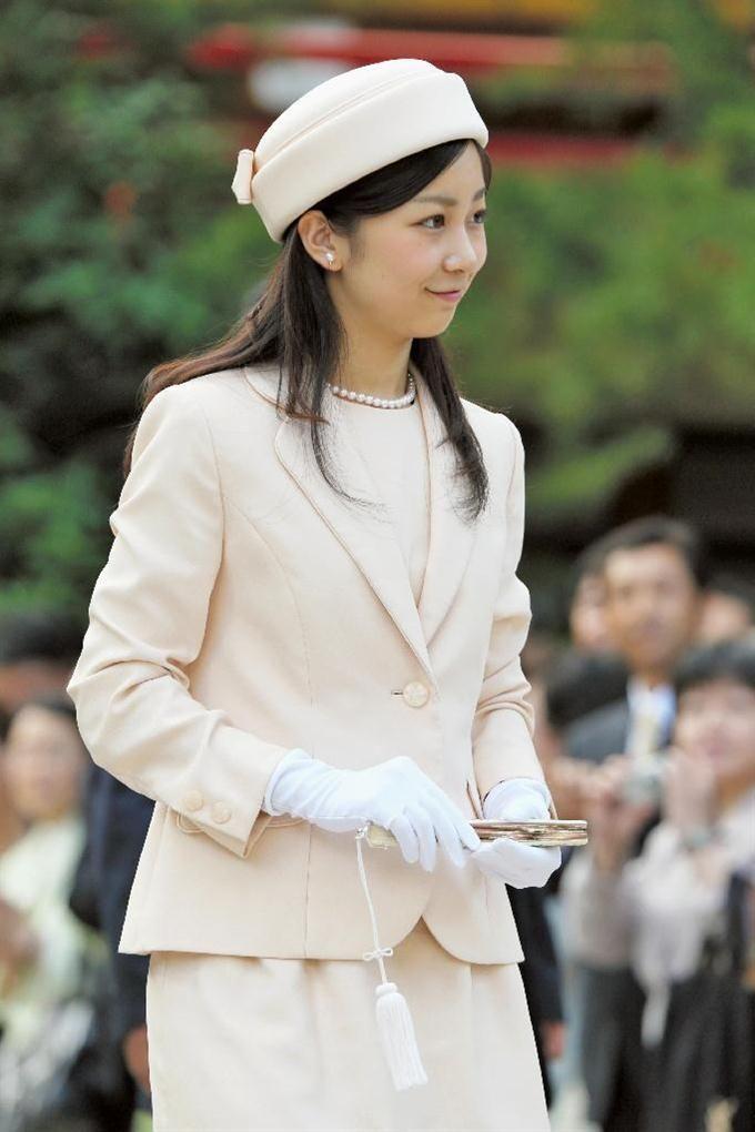 佳子さま初の単独地方公務 安徳天皇陵を参拝、水族館。下関での初日となった6月6日。報道陣の前に佳子さまが最初に姿を見せたのは、安徳天皇をまつる赤間神宮でした。ベージュピンクのスカートスーツに、同じ色に合わせた帽子。フィリピンのアキノ大統領を国賓として歓迎した6月3日の宮中晩餐会でもピンクのドレス姿でした。 佳子さまは、集まった大勢の氏子の人たちに丁寧に会釈しながら参道を進み、石段を一段一段上っていきました。その先にある神殿で玉串を捧げて一礼。つつがなく拝礼を終えました。 ところが、神殿を出た後に「トラブル」は起きました。 「ドン!」石段の下で待ち受ける報道陣にも音が聞こえてきました。お付きの職員の人たちがわらわらと走って集まります。その輪の中、苦笑いのような表情を浮かべる佳子さまの姿が見えました。どうやらつまずいたようでした。